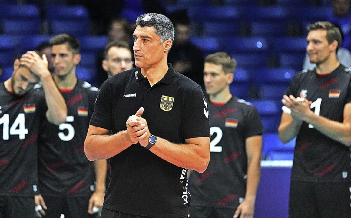 Bundestrainer Andrea Giani (im Vorderg... dem deutschen Team ins EM-Halbfinale.    Foto: Roman Koksarov (dpa)