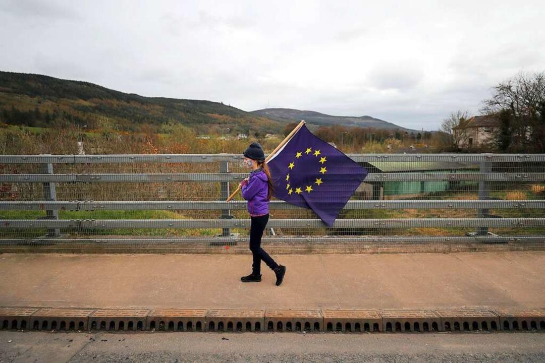 Ein Mädchen protestiert in Nordirland gegen eine harte Grenze zu Irland.  | Foto: Niall Carson (dpa)