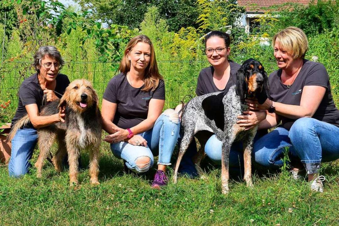 Die Vereinsmitglieder (von links) Susa...mit den Hunden Daya und Kira (rechts).  | Foto: Ingo Schneider