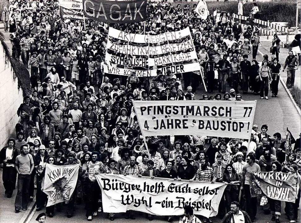 Eine Demonstration gegen den Bau des Atomkraftwerkes in Wyhl an Pfingsten 1977  | Foto: Martin Schulte-Kellinghaus
