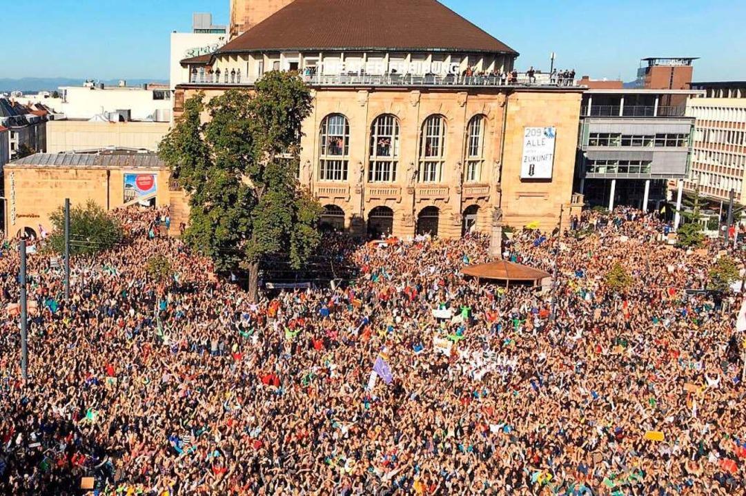 Rund 30000 Menschen nahmen an der Kund... einer Polizeidrohne überwacht werden.  | Foto: Manuel Lämmle