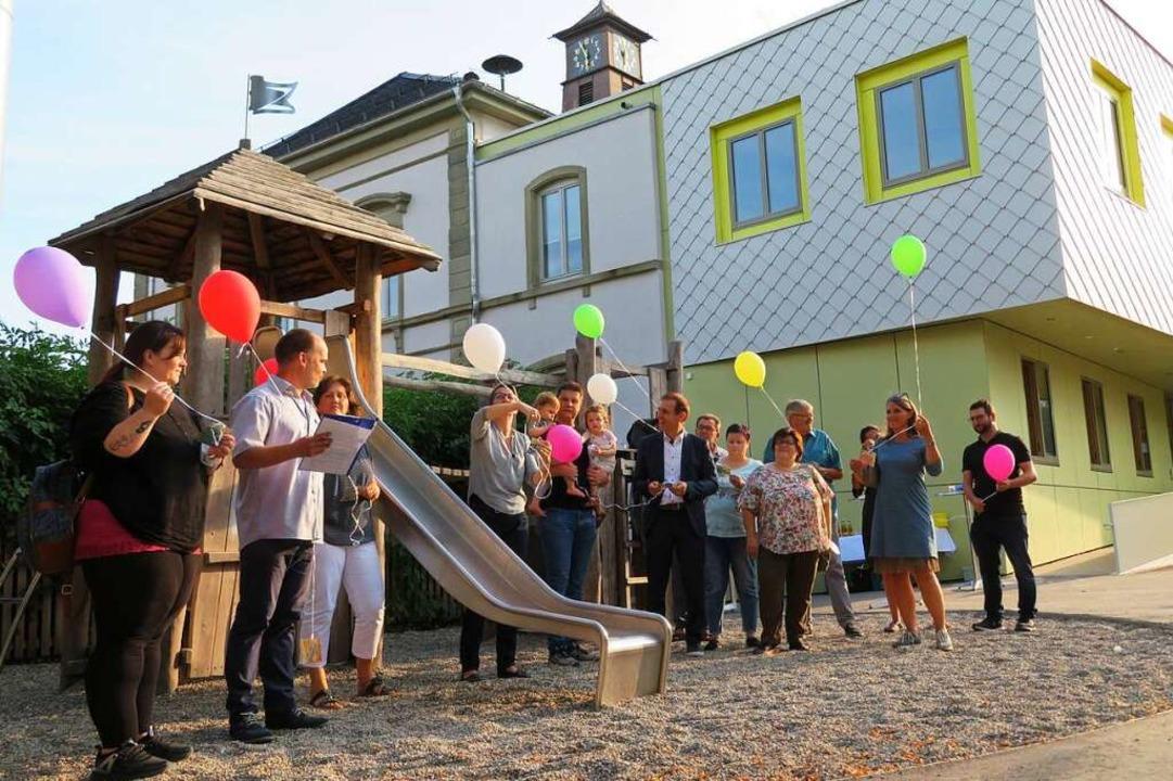Die Gäste ließen Luftballons mit Wünschen für die Kindergärten steigen.  | Foto: Peter Gerigk