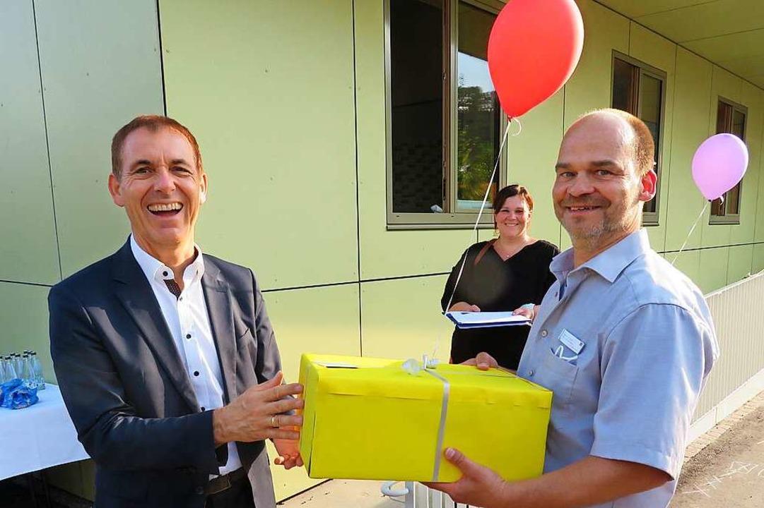 Jörg Lutz (links) übergibt André Grune...n Elternvertreterin Christin Hanemann.  | Foto: Peter Gerigk