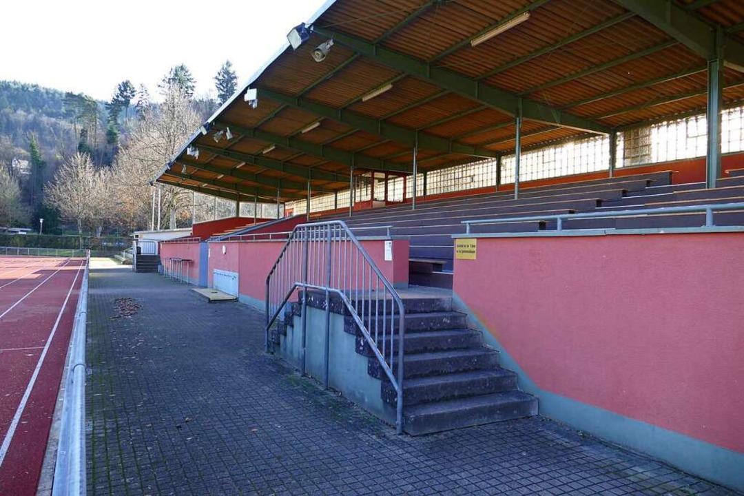 Für die erneuerungsbedürftige Tribüne ...stadions liegt nun ein Vorentwurf vor.  | Foto: Sylvia Sredniawa