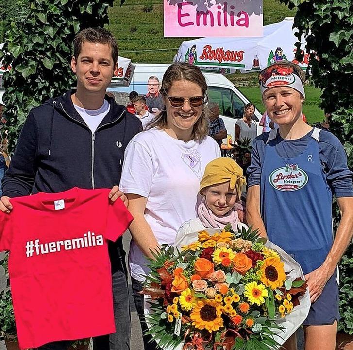 Emilia mit ihren Eltern Celina und Man...nach deren erfolgreichem Marathonlauf   | Foto: privat