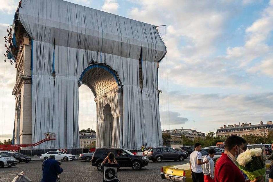 Mit 25.000 Quadratmeter Stoff ist der Triumphbogen in Paris verhüllt worden. (Foto: Rafael Yaghobzadeh (dpa))