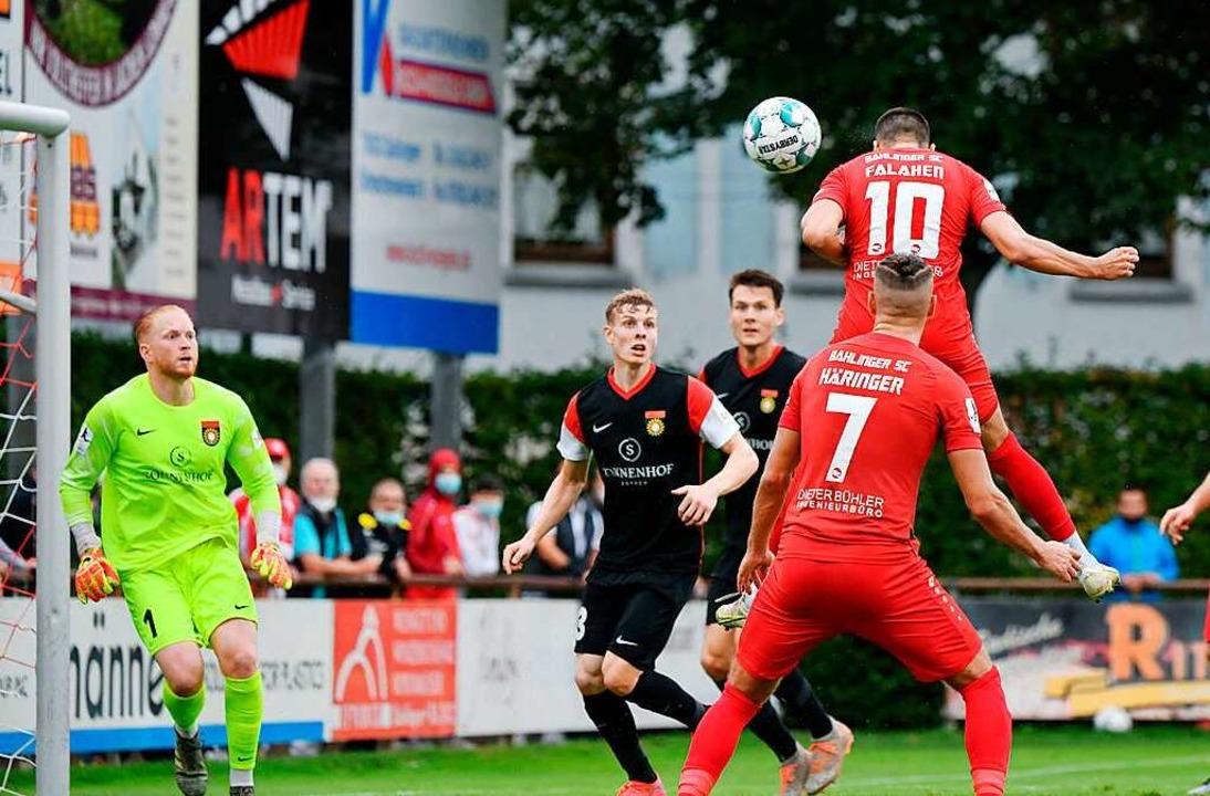 Angreifer Amir Falahen steigt hoch und...Tor gegen die SG Sonnenhof Großaspach.  | Foto: Claus G. Stoll