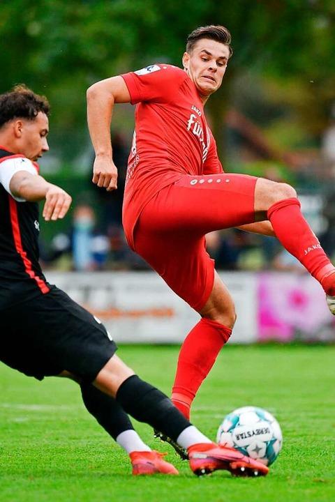 Mittelfeldakteur Luca Köbele blockt einen Pass des Aspachers Fabian Messina ab.  | Foto: Claus G. Stoll
