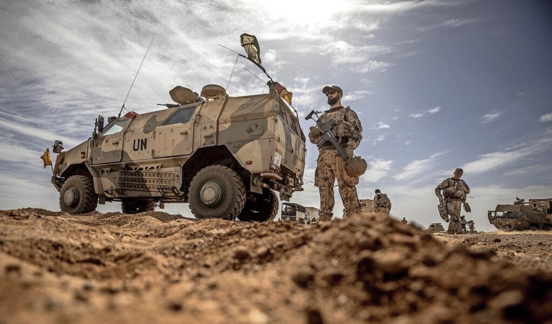 Ein Soldat der Bundeswehr steht am Flu...s Stützpunktes in Gao im Norden Malis.    Foto: Michael Kappeler (dpa)