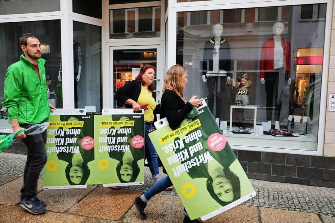 Die Grünen wollen dem Urteil trotzen u...akate aufhängen wie irgendwie möglich.  | Foto: Bodo Schackow (dpa)