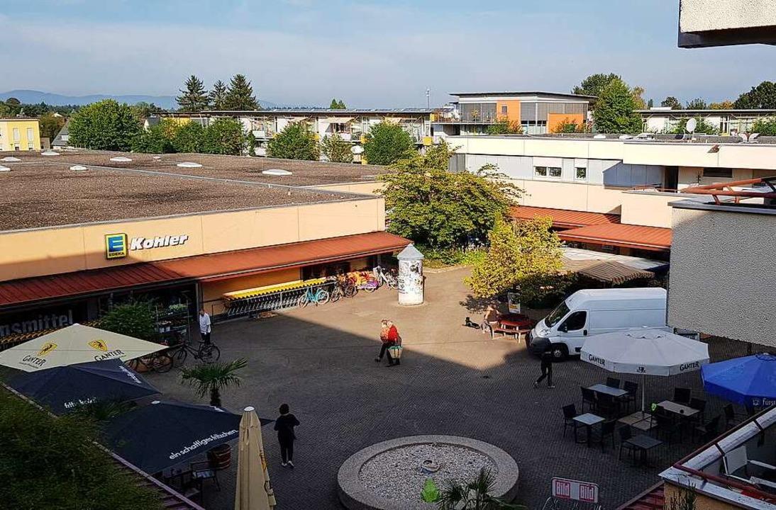 Der bestehende Edeka-Markt soll abgeri...aufsfläche sollen Wohnungen entstehen.  | Foto: Gerhard Walser
