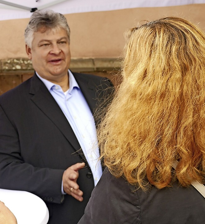 Thomas Seitz im Gespräch mit einer Frau an seinem Wahlstand.  | Foto: Christian Kramberg