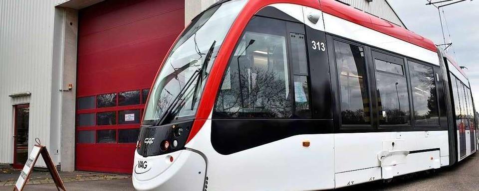 Mann ohne Fahrkarte bedroht Straßenbahn-Kontrolleure
