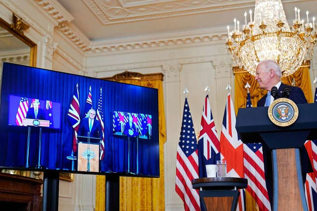 Biden bei einer Videoschalte mit den P...tannien,  Morrison und Johnson (links)    Foto: Andrew Harnik (dpa)