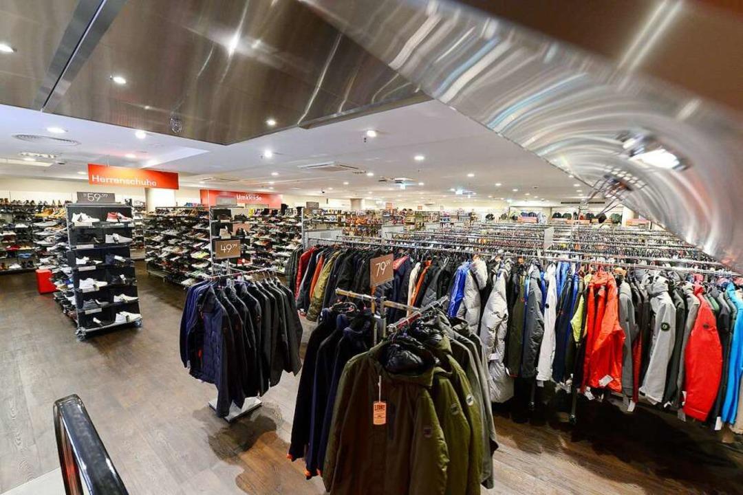 Die Filiale verkauft hauptsächlich Kleidung.  | Foto: Ingo Schneider