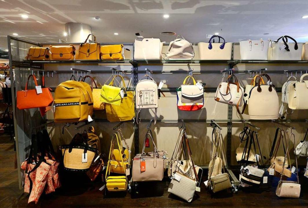 Auch Taschen gibt es.  | Foto: Ingo Schneider