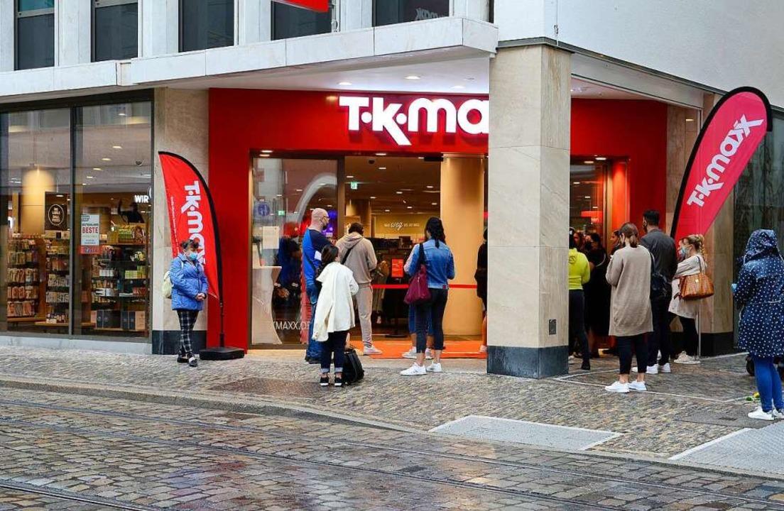 Schon vor der Eröffnung am Donnerstag warteten einige Kunden vor der Türe.  | Foto: Ingo Schneider