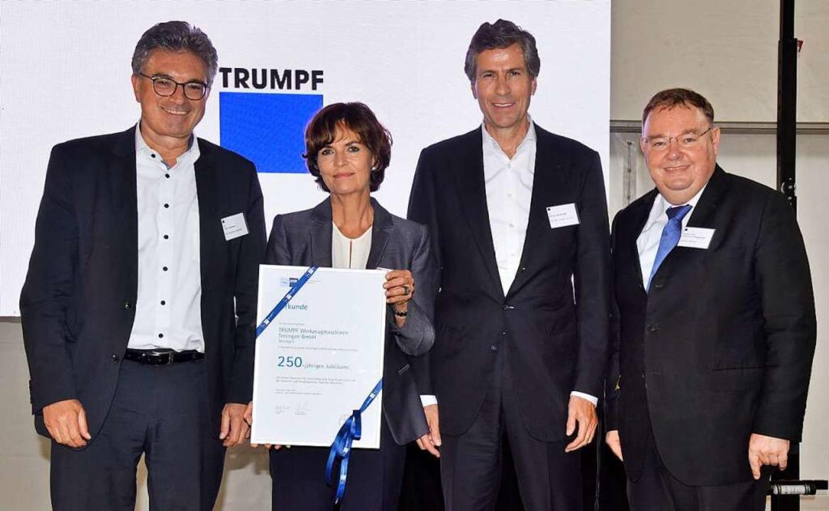 Zum Jubiläum überreichte IHK-Hauptgesc...r Heinz-Rudolf Hagenacker (von links).  | Foto: Markus Zimmermann