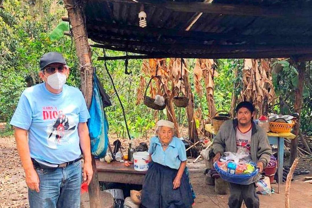 Padre Terry bringt Lebensmittel zu den...ohnern in den weit entlegenen Dörfern.    Foto: privat