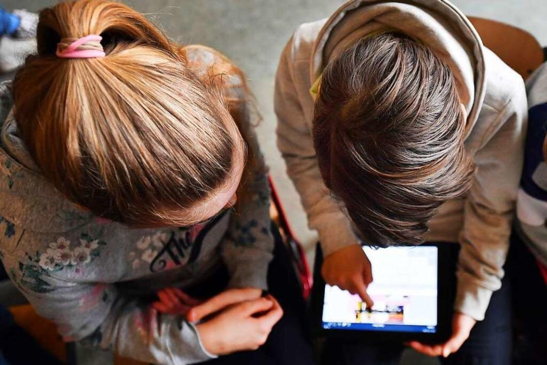 Der Hashtag richtet sich gegen Kinder, die 2010 geboren wurden.  | Foto: Martin Schutt (dpa)