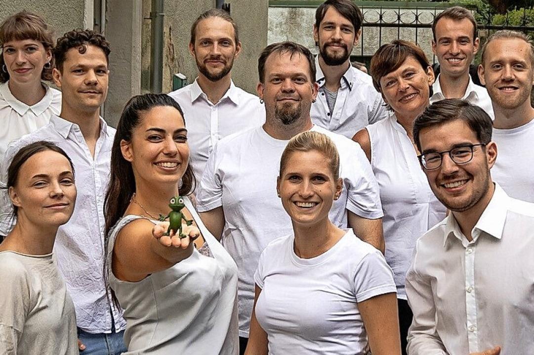 Das Team der Logoleon GmbH mit Leon, d...amäleon (getragen von Catja Eikelberg)  | Foto: LogoLeon GmbH)
