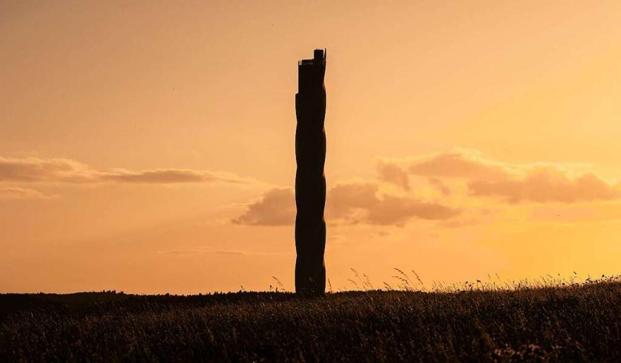 Einer von 111 Orten, die in dem Buch v...t werden: der Aufzugsturm in Rottweil.  | Foto: Silas Stein (dpa)