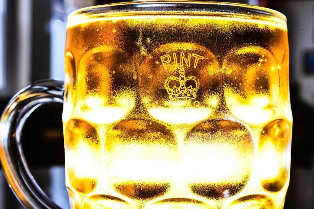 Crown Stamp, die königliche Krone, ist zurück  auf dem Pint-Glas.  | Foto: Ben Birchall (dpa)