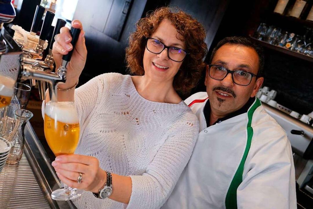 Mimma und Angelo Romano am Zapfhahn in ihrem Restaurant  | Foto: Nina Witwicki