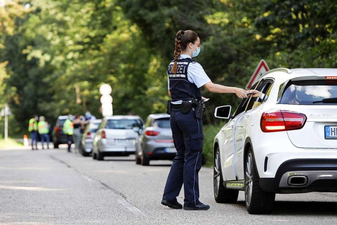 Polizeikontrolle am Freitagnachmittag ...der Alten Marlener Straße in Offenburg  | Foto: Christoph Breithaupt