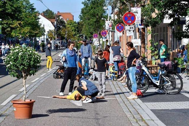 Autos müssen draußen bleiben: Freiburgs Carl-Kistner-Straße ist am Samstag ein Pop-Up-Boulevard