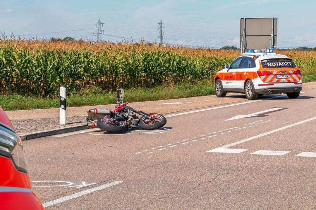 Das Motorrad liegt an einer Unfallstelle auf derLandesstraße L 87a.  | Foto: Aaron Klewer (dpa)