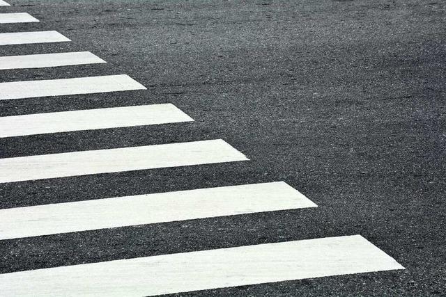 80-jährige Frau wird auf Zebrastreifen angefahren – Auto fährt weiter