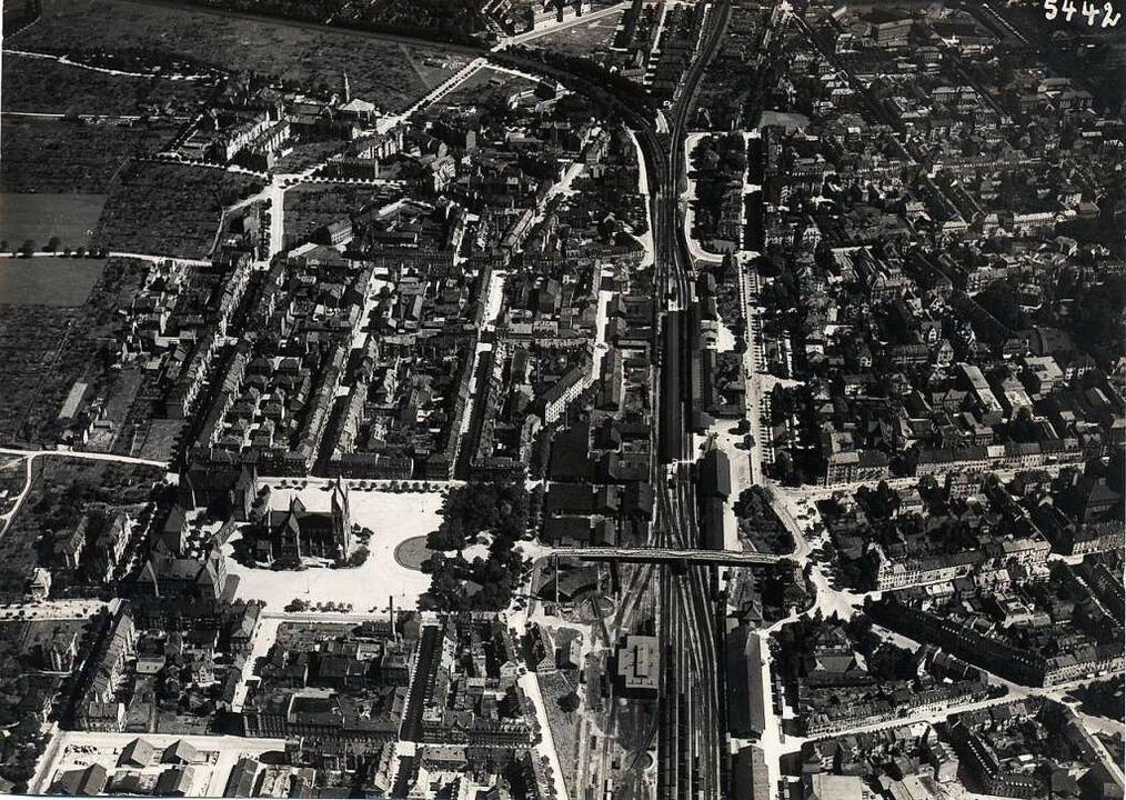 Ein Luftbild zeigt viele zusätzliche B...Gleise, die bis 1920 entstanden waren.  | Foto: Augustinermuseum Stadt Freiburg