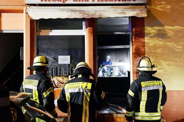 Schaulustige behindern Polizei und Feuerwehr bei einem Brand in Lahr