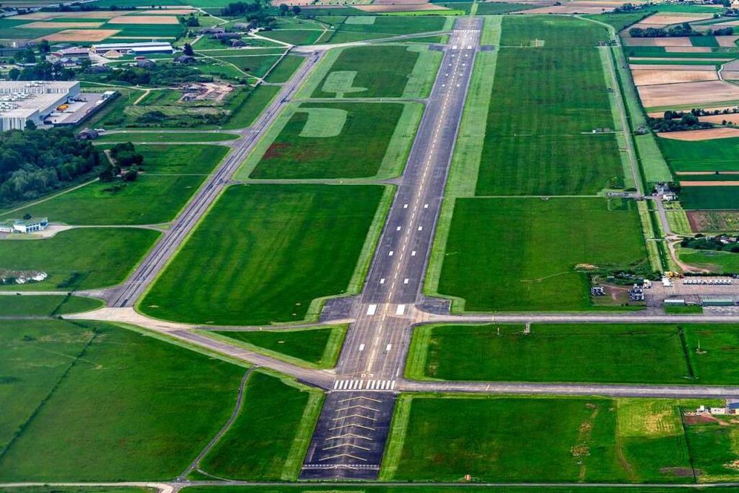 Der Lahrer Flugplatz mit der  Landebahn aus der Vogelperspektive.    Foto: Martin Bildstein copyright
