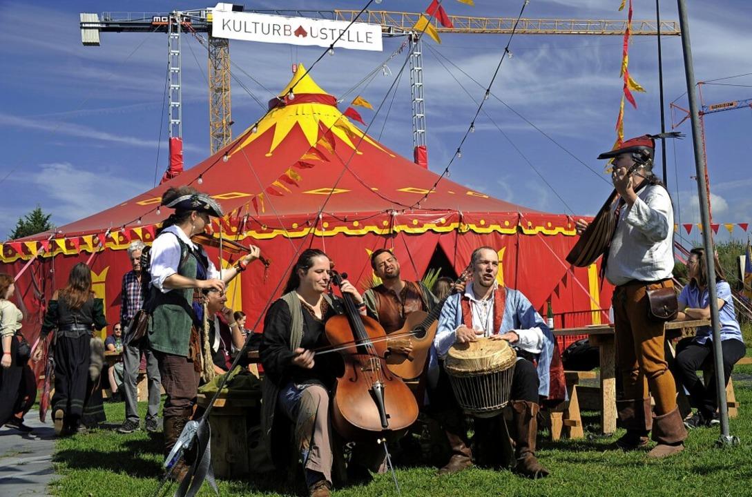 <ppp> tagsüber mittelalterliche Klänge am Zelt der Kulturbaustelle</ppp>    Foto: Bernhard Seitz