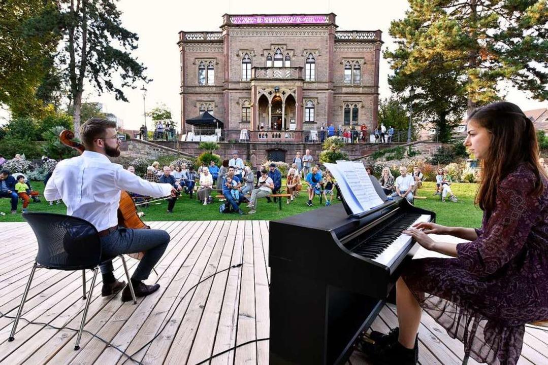 Die Pianistin Valeria Lapsin und der C...vic bei ihrem Auftritt im Colombi-Park    Foto: Thomas Kunz