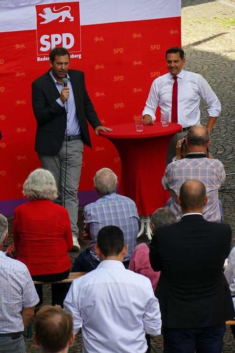 SPD-Generalsekretär Lars Klingbeil (l....n den Schlussspurt des Wahlkampfs ein.  | Foto: Michael Sträter