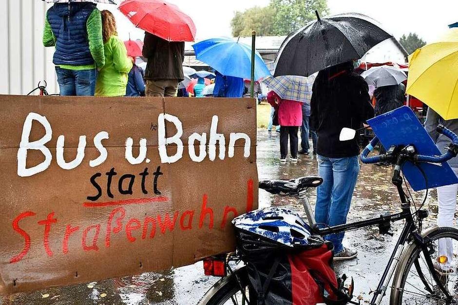 Rund 350 Menschen haben am Sonntag laut Polizeiangaben friedlich gegen den Weiterbau der Bundesstraße 31 demonstriert. (Foto: Thomas Kunz)