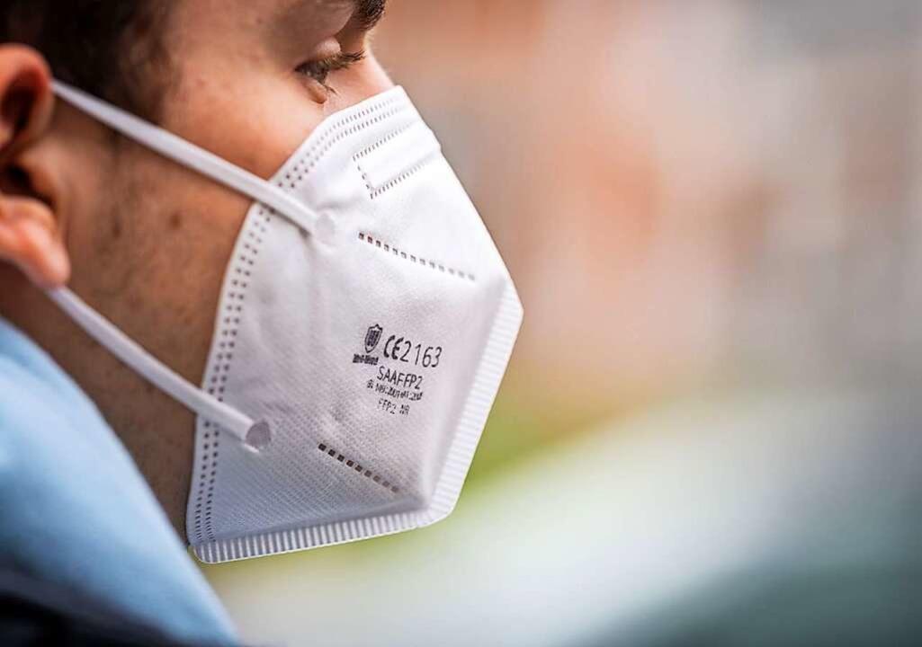 Das Tragen von FFP2-Masken gehört zum Pandemie-Alltag dazu.    Foto: Frank Rumpenhorst (dpa)
