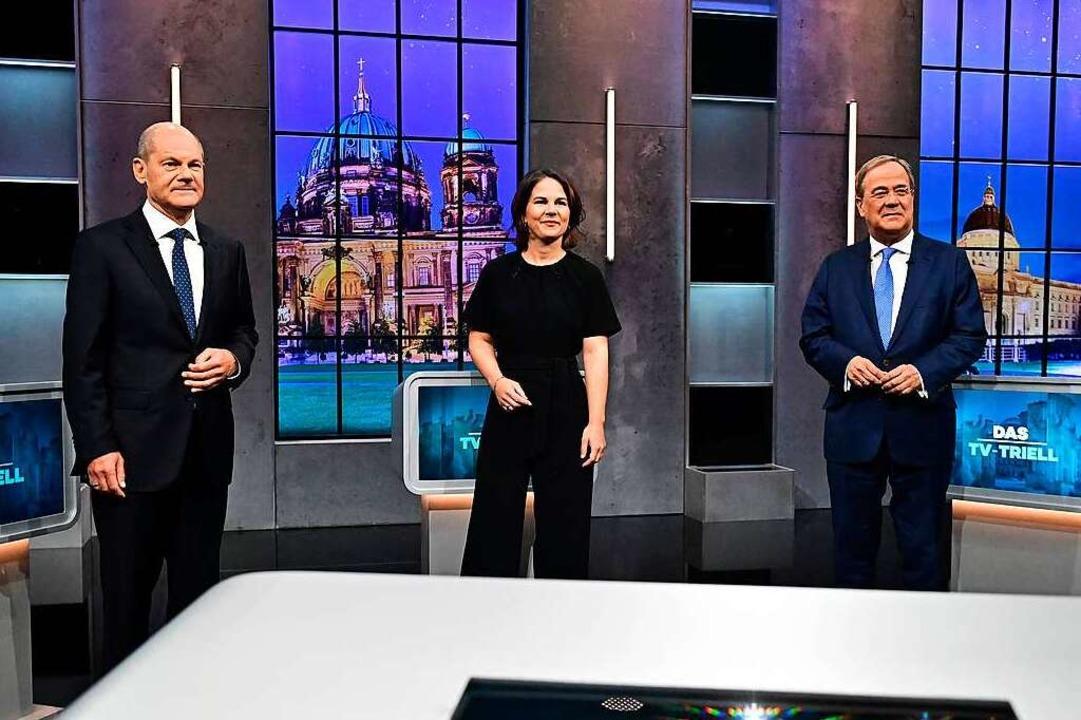 Olaf Scholz, Annalena Bearbock, und Ar... H im Stadtteil Adlershof beieinander.  | Foto: TOBIAS SCHWARZ (AFP)