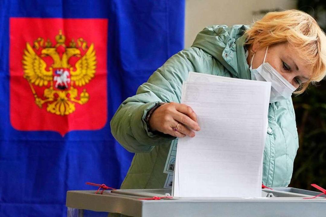 Eine Frau in St. Petersburg gibt währe...ts, in einem Wahllokal ihre Stimme ab.    Foto: Dmitri Lovetsky (dpa)