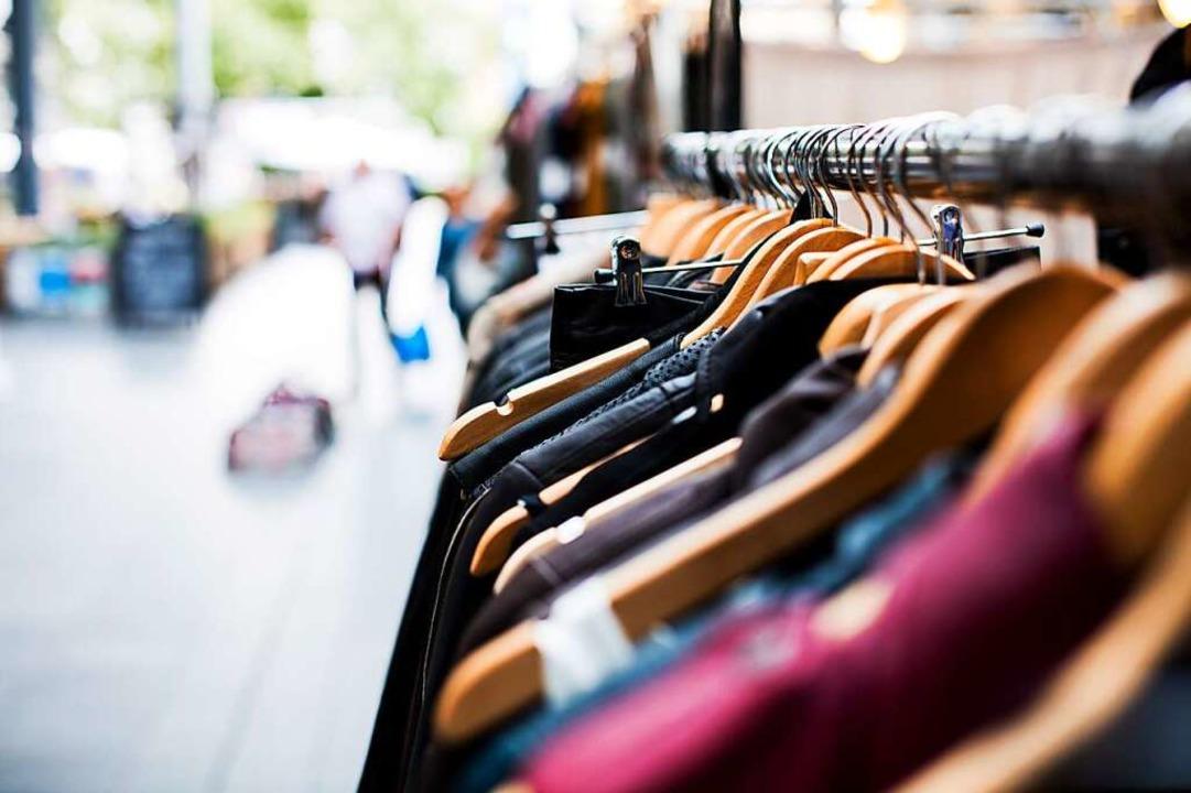 Secondhand-Klamotten auf einer Kleiderstange, fertig zum Verkauf  | Foto: artificial photography (unsplash.com)
