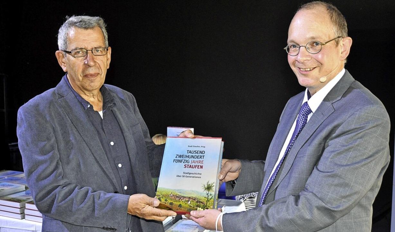 Autor Jörg Martin (rechts) und Heinz Ladener, der die Chronik gestaltet hat  | Foto: Rainer Ruther