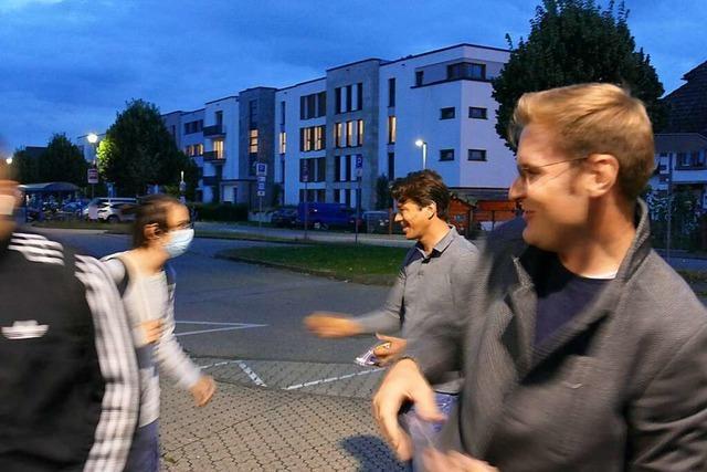 Mit Äpfeln und Flyer: Yannick Bury auf Stimmenfang an den Bahnhöfen