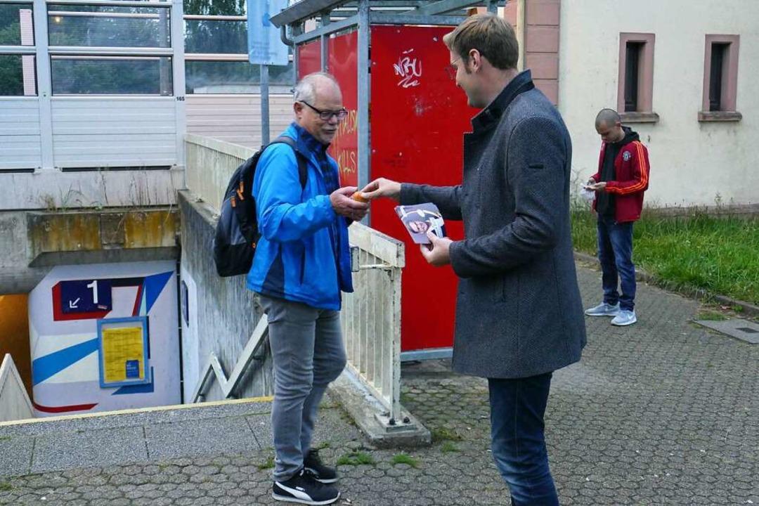 Dieser Pendler greift am frühen Morgen...auf auch noch die Infos zum Wahlkampf.  | Foto: Michael Sträter