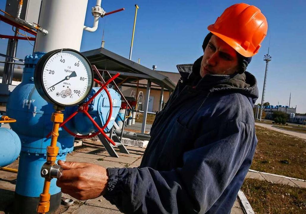 Ein Arbeiter prüft die Installationen ...Gas-Kompressor Station in der Ukraine.  | Foto: Roman Pilipey