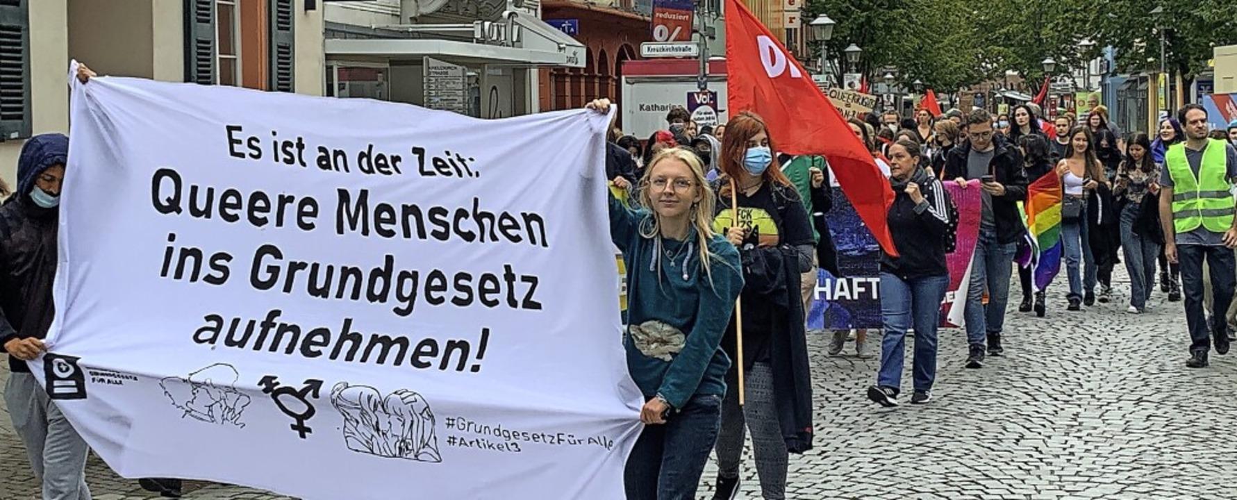 Gegen die Diskriminierung queerer Mens...; auch in Offenburg Protest formiert.     Foto: Helmut Seller