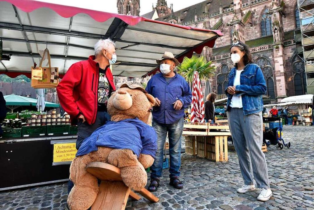 Fachleute unter sich: Marktmeister Wal...waab und Barbara Schneider (von links)    Foto: Thomas Kunz
