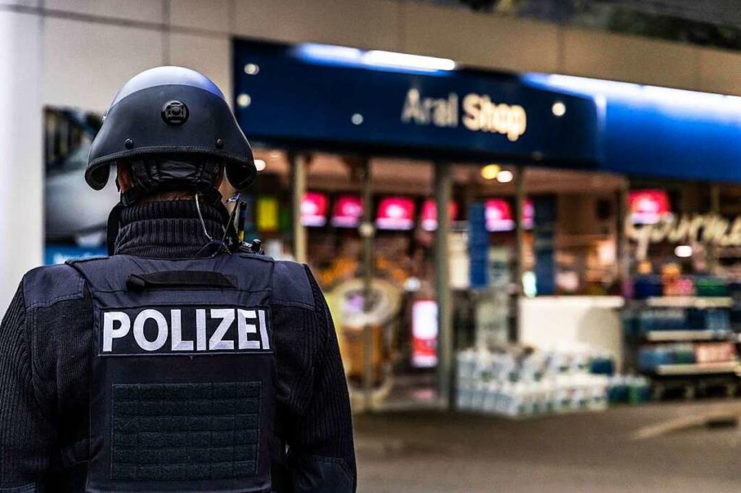 Ein Polizist vor der Tankstelle in Idar-Oberstein.    Foto: Christian Schulz (dpa)